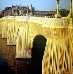 Christo et Jeanne-Claude Le pont neuf - 1980 Ils mettent en scène toiles, câbles et structures métalliques, pour créer des œuvres éphémères qui durent deux semaines en moyenne. Leur art consiste en l'« empaquetage » de lieux, de bâtiments, de monuments, de parcs et de paysages.  Il y a toujours une ossature lisible qui affleure sous les plis de l'enveloppe, quand l'objet n'est pas lui-même visible par transparence.