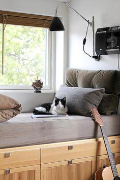 Barnas senger har fått tre etasjer med skuffer under madrassen for oppbevaring. Dette gjør at sengen ligger på høyde med vinduene.