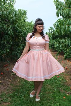 the soubrette brunette: Peaches and cream Curvy Fashion, Plus Size Fashion, Girl Fashion, 1950s Fashion, Vintage Fashion, Vintage Dresses, Vintage Outfits, Pin Up, Curvy Women Outfits