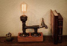 Lampe industrielle fer tube tuyau robinet ; lampe tube tuyau ; lampe à poser Edison ; lampe edison antique ; Vintage lampe edison ; lampe en bois ; lampe robinet ;