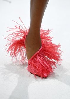 Living Coral ist die offizielle Trendfarbe 2019 von Pantone Só se for para o carnaval neh amore Coral Pantone, Pantone Color, Van Cleef Arpels, Coral Fashion, High Fashion, The Glow Up, Live Coral, Colorful Feathers, Couture Week