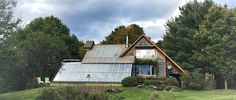 This couple lives in a house that produces food all year round HOUSE-ECOLO Luc Muyldermans adapted the earthship model to the Canadian climate and integrated a greenhouse with a kitchen garden This house is full of green ideas to live better Earthship, Triangle House, Round Building, Garden Online, A Frame House, Architectural Section, Round House, Permaculture, Little Houses