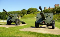 Royal Ordnance QF 25-pounder Field Guns, Saluting Platform, Dover Castle, Kent, England, UK. Saluting Platform built above Long Gun Magazine (c. 1800) near Victorian Officers New Barracks. Royal Artillery 25-pdr used in British Army at start of World War II, last used 1972 SAS Battle of Mirbat. Background: Roman Pharos, Saxon church of St Mary-in-Castro. Listed Building, English Heritage, and Scheduled Ancient Monument. History. Travel and Tourism. See…