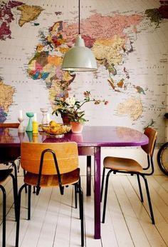 Carta da parati e tavolo viola - Una stanza con la carta da parati geografica per arredare casa con il colore