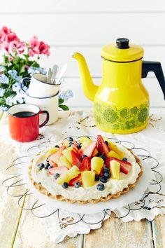 Tosi helppo kesätorttu. Koristele marjoilla ja hedelmillä oman makusi mukaan. | K-Ruoka #leivokset
