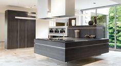 Moderne donkere keuken met hangend eiland.