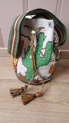 Handmade of high-quality cotton wayuu mochila bag with 100% cotton lining The band is woven and finished with beautiful beads. A kimohumokoord with beautiful slider bead. Dimension 30 x 22 cm. this bag is in country style. Still want to know more. Ask