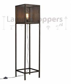 Een stoere vierkanten vloerlamp in de kleur oud zilver, het gaas zorgt voor die extra ruige vintage uitstraling.  De lamp is uitgevoerd met een voetschakelaar.
