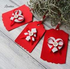 Vánoční visačky červené..stromek a srdíčko Dekorativní vánoční visačky. Visačky jsou vytvořené z kvalitní čtvrtky. Dozdobené pěnovým stromkem, srdíčkem, knoflikem a stužkou. gramáž 270g/m2 velikost: 8x5 8.5.7cm Cena je uvedená za 3ks visaček. Milí příznivci, protože se nám pomalinku blíží nejkrásnější svátky v roce, připravila jsem si pro Vás několik ...