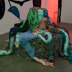 Afra Eisma (°1993) liet zich inspireren door Audre Lorde's poëtische teksten en creëerde intieme werelden die barsten van kleur en energie. Haar werk bestaat uit getufte tapijten, keramiek, papier maché en textiel.