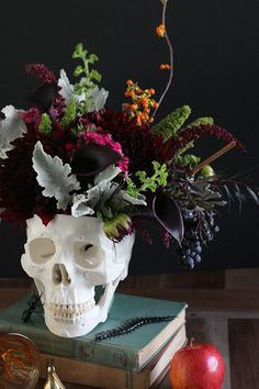 27 DIY Halloween Decorations to Start Making Now Save this for a festive DIY skull vase perfect for this Halloween season. Source by southernwreaths Spooky Halloween, Diy Halloween Party, Halloween Flowers, Holidays Halloween, Halloween Crafts, Happy Halloween, Halloween Season, Vintage Halloween, Classy Halloween Wedding