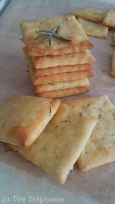 These little rosemary crackers for an aperitif or when you are hungry are a real treat, hard not to eat them one after the other! Grill Dessert, Cooking Time, Cooking Recipes, Fingerfood Party, Snacks, Appetisers, Healthy Breakfast Recipes, Finger Foods, Food Inspiration