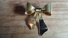 Check out this item in my Etsy shop https://www.etsy.com/listing/198243283/vintage-pretty-gold-bow-brooch-wedding