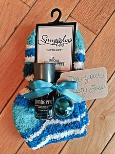 For Your Mistle Toes Gift: Jamberry Lacquer $15 Fuzzy socks: try the dollar store! This gift is super quick to whip up for Secret Santa or a Teacher gift! www.10toes10fingers.com #nailart #notd #jamberrylacquer #teachergifts #holidaynails #fuzzysocks