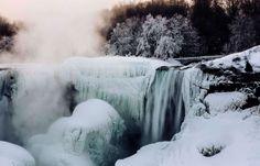 Ontario, Canadá Las cataratas del Niágara parcialmente congeladas en el lado estadounidense durante una ola polar el 3 de marzo.