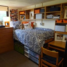 Love the blue and orange together! Get Preppy College Dorm Room Ideas here. Preppy College, College Dorm Rooms, Dorm Room Organization, Organization Ideas, Dorm Life, College Life, Ideas Geniales, My New Room, House