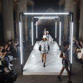 Louis Vuitton Fashion Show Themes, Fashion Runway Show, Fall Fashion Week, Autumn Fashion, Couture Fashion, Paris Fashion, Nicolas Ghesquière, Award Tour, Catwalk Design