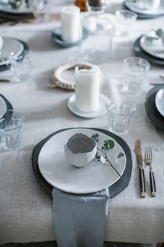 christmas gathering: setting the table/local milk Christmas Table Settings, Holiday Tables, Thanksgiving Table, Christmas Tables, Local Milk, Natural Christmas, Nordic Christmas, Modern Christmas, Christmas 2019