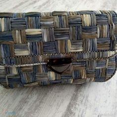 Kanvas Çanta Sepet Model 90,00 TL Diy Handbag, Diy Purse, Plastic Canvas Stitches, Plastic Canvas Patterns, Spiral Crochet, Crochet Bag Tutorials, Barn Wood Crafts, Diy Bags Purses, Embroidery Bags