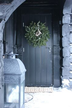 10 Classy Christmas Wreaths With Scandinavian Style - Styles & Decor Classy Christmas, Christmas Door, Blue Christmas, Rustic Christmas, Beautiful Christmas, All Things Christmas, Winter Christmas, Christmas Holidays, Christmas Wreaths
