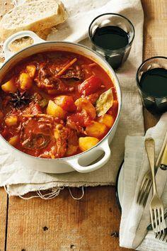Die geheim van 'n goeie bredie lê in goeie bestanddele en tyd. Lamb Recipes, Snack Recipes, Dinner Recipes, Cooking Recipes, South African Dishes, South African Recipes, Africa Recipes, Kos, Curry Stew