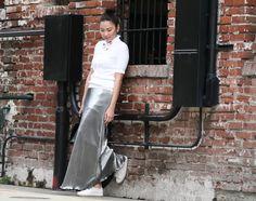 Look do dia com saia longa metalizada e blusa de tricô branca, para completar Melissa Be branca.