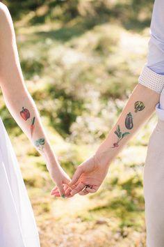 Neutral eco friendly wedding in the forest | Bride and groom tattoos | fabmood.com #wedding #neturalwedding #ecofriendlywedding