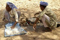 Bedouins_making_bread www.back-dir-deine-zukunft.de