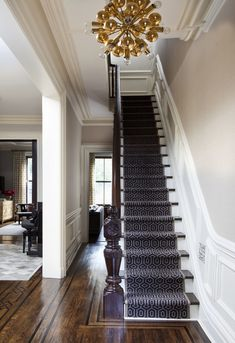 This Upper East Side Townhouse was transformed into a sophisticated space by designer Blair Harris. Check out the amazing lighting fixtures! Modern Victorian, Victorian Homes, Victorian Hallway, New York Townhouse, Flur Design, Hallway Designs, Upper East Side, Staircase Design, Staircase Ideas