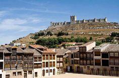 PEÑAFIEL (VALLADOLID) La silueta del castillo bajo la que se cobija esta villa vallisoletana inmersa en el paisaje de viñedos de la Ribera del Duero se adivina desde muchos kilómetros antes de llegar a ella. En lo alto alardea una de las fortalezas más representativas de la arquitectura medieval española, que acoge el Museo Provincial del Vino, mientras