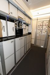 実機で確認! エアバスA350-1000に見る最新旅客機のメカニズム(1) (2) 客室、ギャレーとラバトリー、クルーレストの構造を確認   マイナビニュース