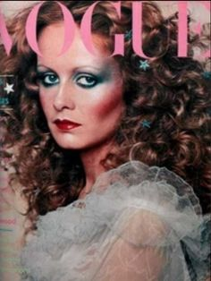Flashback: Vogue Magazine December 1974 Twiggy Cover Twiggy surrounded by stars. Makeup Vintage, 1970s Makeup, 70s Disco Makeup, Vogue Vintage, Vintage Vogue Covers, Fashion Cover, 70s Fashion, Fashion History, Farrah Fawcett