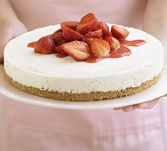 Strawberry cheesecake in 4 easy steps - not baked Ingredients digestive biscuits butter , melted 1 vanilla pod soft cheese icing sugar pot double cream FOR THE TOPPING punnet strawberries , halved and stoned icing sugar No Cook Cheesecake, Strawberry Cheesecake, Simple Cheesecake, Cheesecake Crust, Strawberry Recipes, Strawberry Shortcake, Cupcakes, Bbc Good Food Recipes, Gastronomia