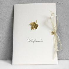 """Konfirmasjonskort til gutt eller jente med håndlaget høstblad i gull og chiffonsløyfe i gull. """"Til konfirmanten"""" er trykt på."""