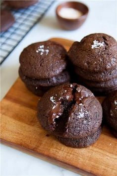 Paleo Double Chocolate Sea Salt Cookies / made with almond flour and sweetened with sugar Köstliche Desserts, Delicious Desserts, Dessert Recipes, Yummy Food, Think Food, Love Food, Yummy Treats, Sweet Treats, Chocolate Cookies