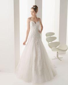 MARINA - Vestido bordado con pedrería y tul en color natural.S07 Seida - Tocado de hilo de plata.
