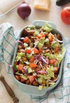AANRADER! Deze kipsalon, de gezonde(re) versie van de welbekende kapsalon. Een heerlijke ovenschotel met opgebakken aardappels, kip en groenten.