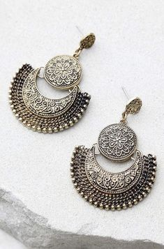 Take the Live Show Gold Earrings out for a night on the town! These unique antiqued gold earrings have swirling, engraved accents. India Jewelry, Boho Jewelry, Jewelry Accessories, Fine Jewelry, Jewelry Design, Gold Jewellery, Ethnic Jewelry, Jewellery Market, Jewelry Art