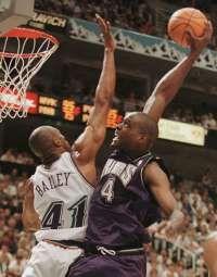 -Chris Webber of the Sacramento Kings (R) dunks ove Basketball Video Games, Logo Basketball, Sacramento Kings, Utah Jazz, Basketball Court Flooring, Chris Webber, Power Forward, Sports Page, Nba Playoffs