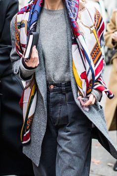 Il foulard non è un capo solo estivo o primaverile: è elegante anche in inverno. Vediamo come indossarlo con stile