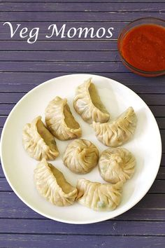 Momos Recipe with step by step photos – This is the popular street food in India which is originally a Tibetan recipe.Veg Momos Recipe with step by step photos – This is the popular street food in India which is originally a Tibetan recipe. Chutney, Momos Recipe, Chaat Recipe, Veg Momos, Comida India, How To Cook Mushrooms, Vegetarian Snacks, Appetizer Recipes, Appetizers