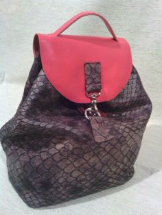 mochila hecha en piel artesanalmente en dos colores  ideal para todo uso