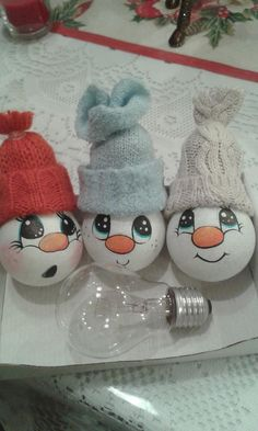 Villanykörte manók Snowman Ornaments, Diy Christmas Ornaments, Handmade Christmas, Christmas Fun, Christmas Light Bulbs, Snowmen, Christmas Craft Projects, Xmas Crafts, Painted Light Bulbs
