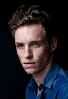 Eddie Redmayne, I have been a fan since I saw him in Pillars of the Earth, now he's stealing all young girls hearts as Marius in Les Miserables. Such a great actor. Eddie Redmayne, Pretty People, Beautiful People, John David, Fantastic Beasts And Where, Portraits, Harry Potter, Best Actor, Freckles
