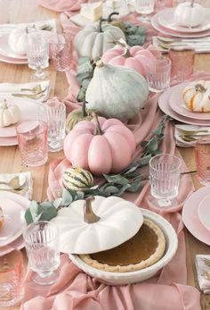 Pastel Thanksgiving tables cape from ispydiy - Tischdeko - Thanskgiving Thanksgiving Tablescapes, Diy Thanksgiving, Thanksgiving Decorations, Halloween Decorations, Pink Christmas Decorations, Otoño Baby Shower, I Spy Diy, Pink Halloween, Pink Pumpkins