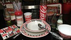 [Coke Code 400] 코카-콜라 콜렉터 식탁의 위엄! 코카-콜라 접시부터 양념통, 코카-콜라 병 모양 포크까지~ 탐나는 아이템이 많은 것 같아요! 모두 다 갖고 싶은 건 코코뿐만이 아니겠죠? ^.~