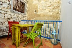 Schau Dir dieses großartige Inserat bei Airbnb an: Stanley Vintage Studio Apartment - Apartments zur Miete in Poreč Studio Apartments, Bar Stools, Vintage, Room, Furniture, Home Decor, Ad Home, Bar Stool Sports, Bedroom
