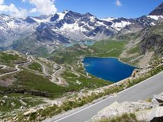 The absolutely stunning Colle del Nivolet. Probably the greatest climb you've never heard of. 40km at almost 5%, a series of switchbacks guide you past alpine lakes, dams and meadows up to over 2500m. Ladies and gentlemen, if you're not planning on riding this in 2017, we'd suggest changing your plans. • • • #roadslikethese #outsideisfree #fromwhereiride #switchbacks #switchbackdoping #velo #cyclismo