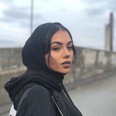 pray to the lord to purify my soul, take away my sins & show me the light Modern Hijab Fashion, Muslim Fashion, Modest Fashion, Hijab Turban Style, Modele Hijab, Casual Hijab Outfit, Hijab Wear, Head Scarf Styles, Hijab Fashionista