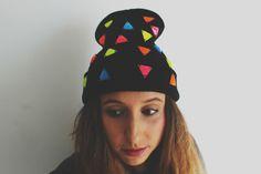 Gorro decorado con piedras triangulares de colores neon Beanie, Eyes, Silver, Wool Hats, Caps Hats, Fascinators, Rocks, Beanies, Silver Hair